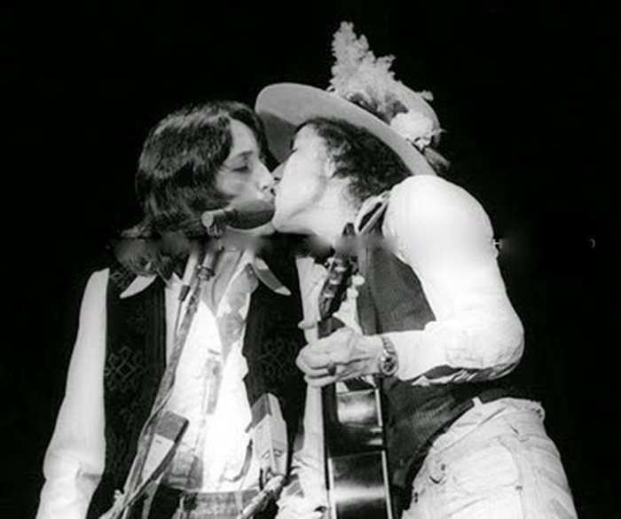 bob-dylan-joan-baez-kissing-on-stage