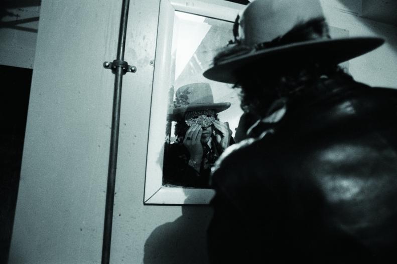 mirror bw Dylan